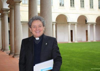 DON ADRIANO GENNARI NEL CHIOSTRO DEL MONASTERO DI CASANOVA